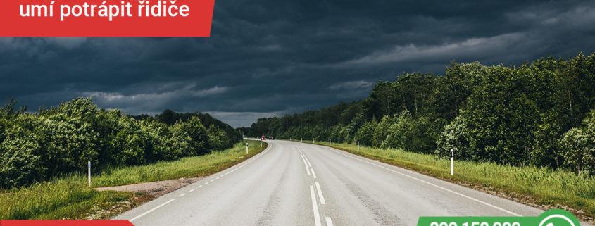 letní bouřka na silnici