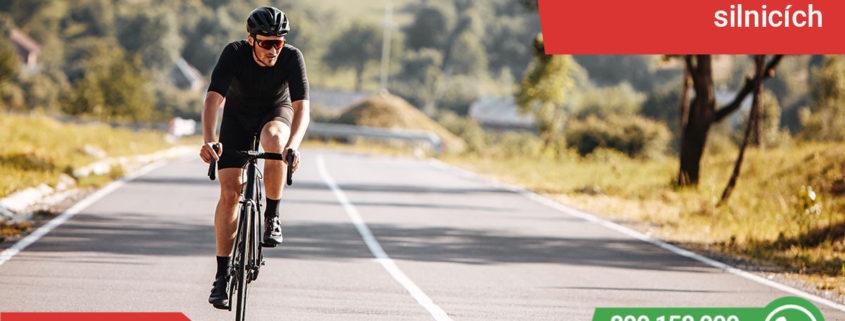 Cyklista s přilbou na silnici